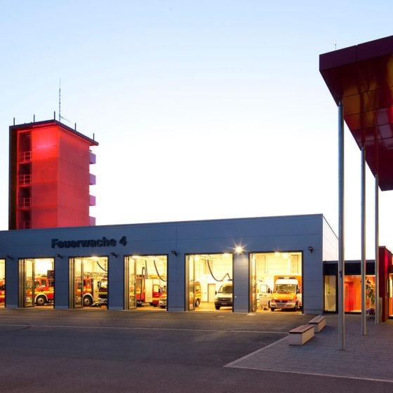 Feuerwache Dortmund Turm rot beleuchtet