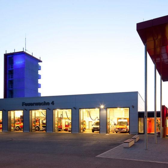 Feuerwache Dortmund Turm blau beleuchtet